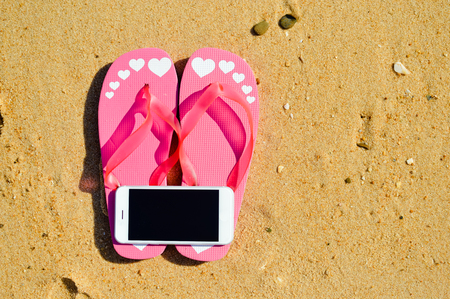 砂浜の屋外の背景にスマート フォンを夏のビーチ