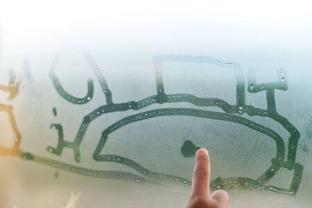 窓から、上に子手描画をサインを閉じます。ガラス背景に雨の滴 写真素材