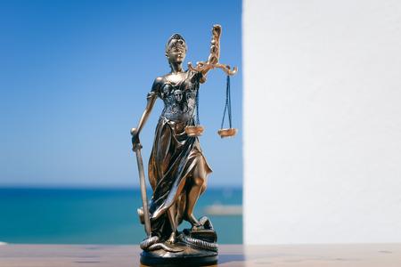 テミス - 青い空を背景に女性の正義