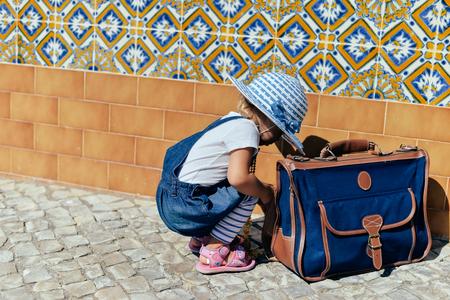 union familiar: Niño con maletín en el camino de ciudad en exteriores soleados fondo Foto de archivo