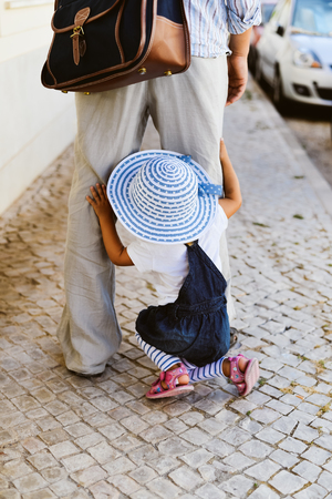 union familiar: vista posterior Primer plano de padre e hija en la ciudad camino al aire libre fondo