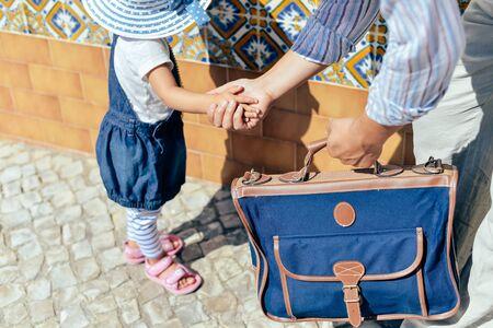 union familiar: Primer punto de vista de la hija caminar padre en carretera de la ciudad al aire libre de fondo. Adultos y niños se dan la mano en un acuerdo