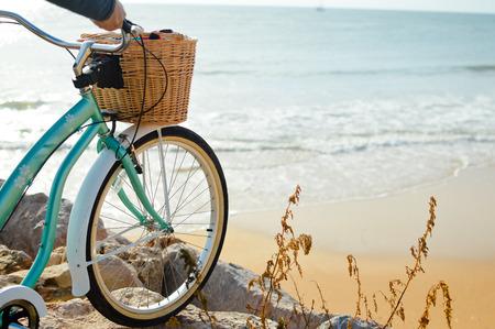 自然ビーチ アウトドア背景に自転車を持っている人。クローズ アップ画像 写真素材