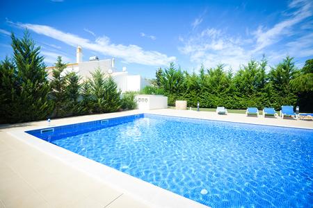 野外プールの青い表面背景