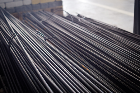 Close up of iron armature rod steel rolled stacked pile background. industrial texture construction concept. Copy space. Stack of heavy metal grey color reinforcing bundle bars, technology pattern Banque d'images