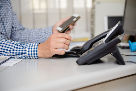 Zbliżenie na zajęty telefon biurowy w miejscu pracy, okno tabeli światła. Nowoczesna kontrola administracyjna rozwiązania obsługi wyświetlacza LCD. Technologia urządzeń do komunikacji cyfrowej w urządzeniach naziemnych