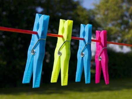 Ganchos de ropa en un tendedero de ropa Foto de archivo - 4913992