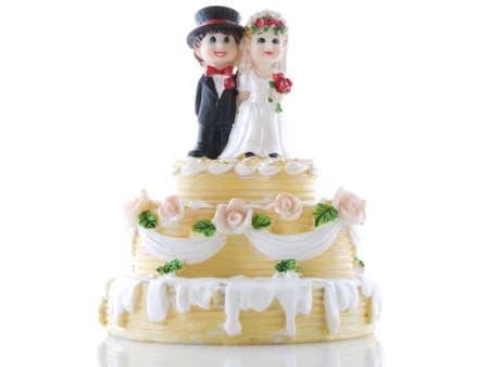 boda pastel: Pastel de bodas con la novia y el novio en un fondo blanco