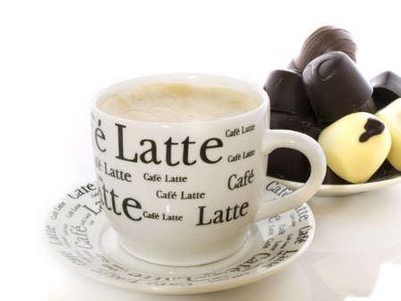 cafe bombon: Taza de caf� con chocolate en el fondo Foto de archivo