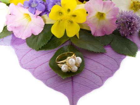 Een ring met parels versierd met bloemen