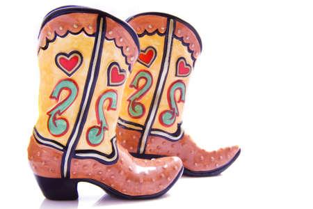botas vaqueras: Un par de botas de vaquero coloridas sobre un fondo blanco