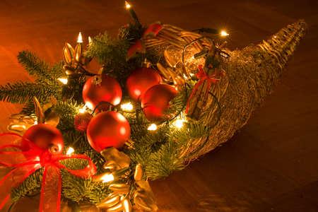 illuminati: Cesto riempito con elementi di Natale illuminato da candele  Archivio Fotografico
