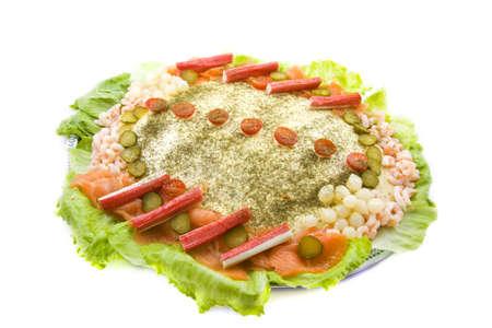 Zalm salade met groenten en vis op een plaat
