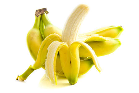 Open bananen met bananen op de achtergrond geïsoleerd via Wit