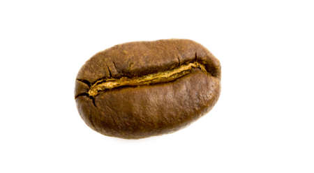 Coup de macro d'un seul grain de café torréfié isolé sur blanc