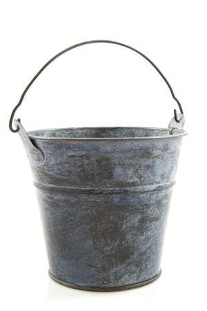 emmer water: Oude metalen emmer geïsoleerd op een witte achtergrond