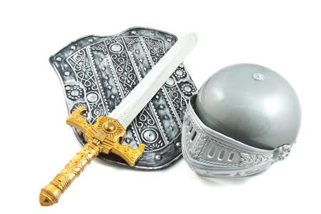 espadas medievales: Antiguo escudo con la espada y casco aislados sobre blanco