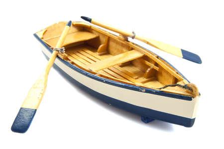 Bateau en bois avec pagaies isolé sur blanc Banque d'images