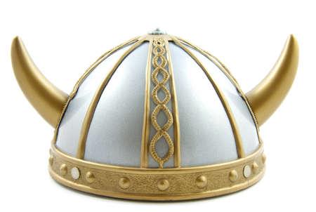 vikingo: Decorado casco antiguo vikingo sobre un fondo blanco