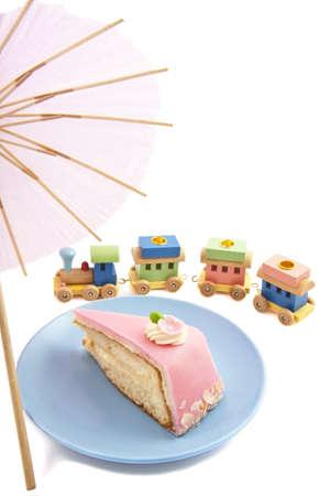Verjaardagstaart met speelgoed trein en paraplu voor achtergrond gebruik