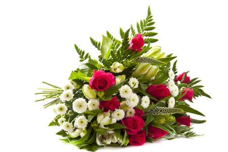 ramo flores: Hermoso ramo con diferentes tipos de flores sobre fondo blanco
