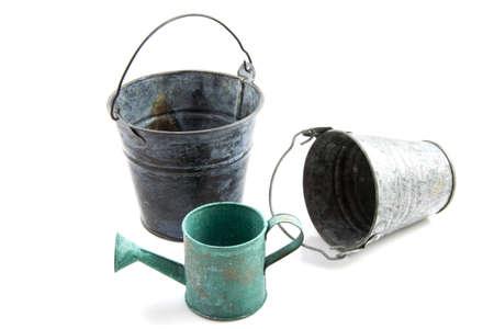 seau d eau: Vieux matériel de jardinage cru isolé sur blanc