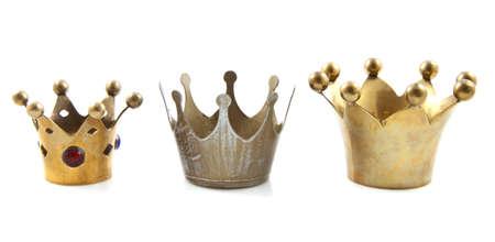 corona reina: Tres coronas de oro en una fila en blanco Foto de archivo