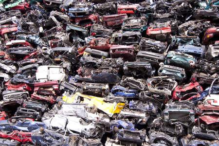 metallschrott: Viele alte Autos auf einem Haufen Schrott