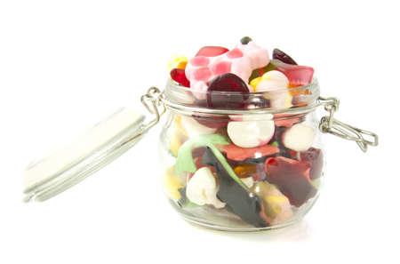 obesidad infantil: Caramelos de colores en el frasco de vidrio aislado más de blanco Foto de archivo