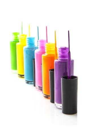 body paint: Nailpolish colorido en una fila aislados en blanco Foto de archivo