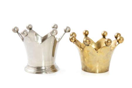 corona rey: Silver corona y corona de oro aislado más de blanco