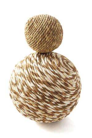 Deux boules en bois tordus simples isol�es sur blanc Banque d'images - 17379472