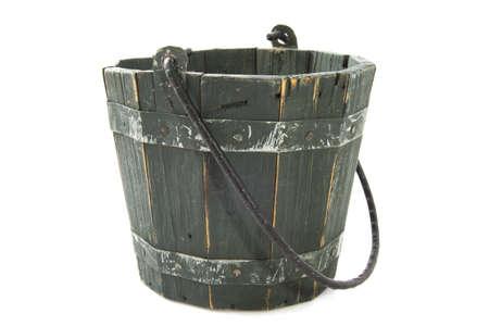 seau d eau: Seau en bois isolé sur blanc