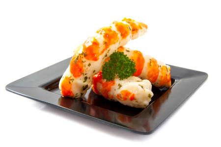 plato del buen comer: Camarones de ajo en un plato negro aislado más de blanco