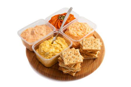 melba: Placa de madera con galletas y ensalada