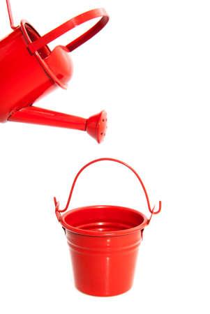 seau d eau: seau rouge et arrosage rouge peuvent isolé sur blanc