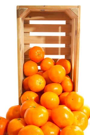 fruit orange: cajón de mandarinas frescas de madera para uso de fondo Foto de archivo
