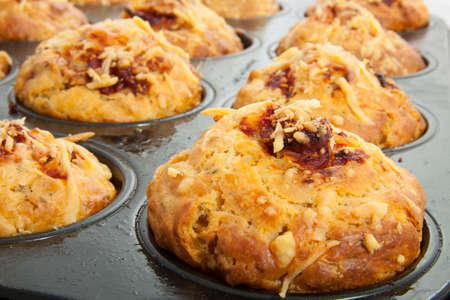Frische Pizza Muffins mit geschmolzenem Käse und Kräutern