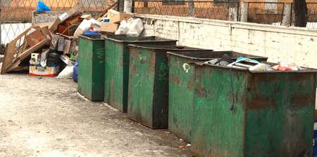 botes de basura: botes de basura vac�os con basura arrojados cerca Foto de archivo