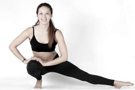 vida sana: Concepto de estilo de vida saludable. Mujer joven y hermosa haciendo clases de gimnasia y yoga en un fondo blanco. Una serie de diferentes ejercicios.