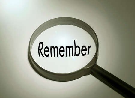acordarse: Magnifying glass with the word remember. Searching remember