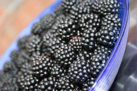 brambleberry: Moras en un plato de cristal azul