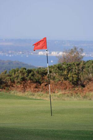 golf drapeau: Golf pavillon ou pin avec vue sur la mer lointaine