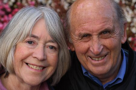 pareja madura feliz: Feliz pareja madura en jardines p�blicos disfrutar de un d�a.