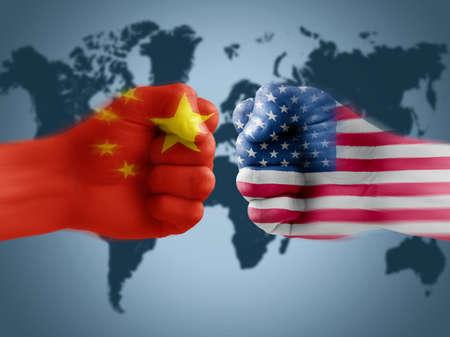 Handelsoorlog VS - China, vlagvuisten in dozen doen Stockfoto