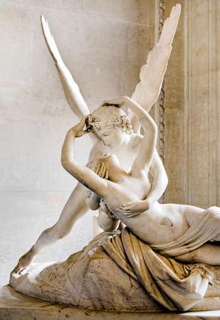 psyche: Psique restablecida por el beso del Cupid en el Museo del Louvre