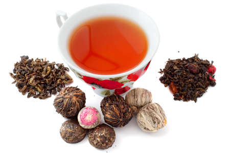 Eine Tasse Tee und verschiedene Blätter zum Aufbrühen von Tee Lizenzfreie Bilder