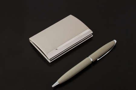 Kartenhalter mit Stift grau auf schwarzem Hintergrund