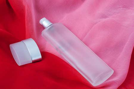 Düfte für Frauen in leuchtend roten Stoff