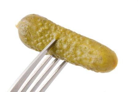 Pickle auf einer Gabel auf einem weißen Hintergrund